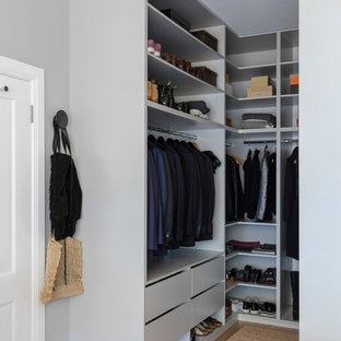 Idéer för mellanstora vintage walk-in-closets för könsneutrala, med öppna hyllor, blå skåp och mellanmörkt trägolv