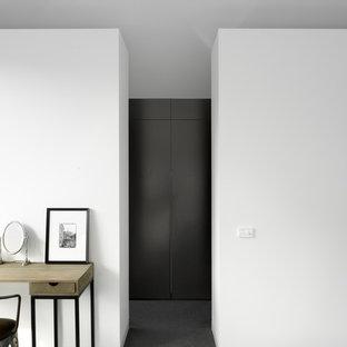 Foto di una cabina armadio minimal di medie dimensioni con ante marroni e moquette