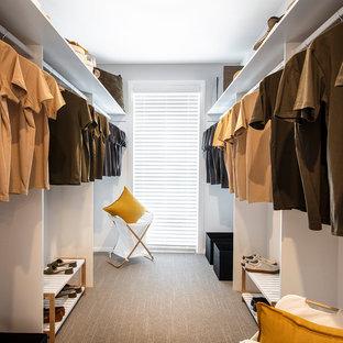 キャンベラの中サイズの男女兼用ミッドセンチュリースタイルのおしゃれなフィッティングルーム (オープンシェルフ、白いキャビネット、カーペット敷き、ベージュの床) の写真