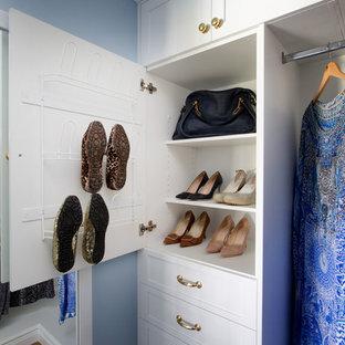 Foto di piccoli armadi e cabine armadio per donna classici con ante con riquadro incassato e pavimento in legno massello medio
