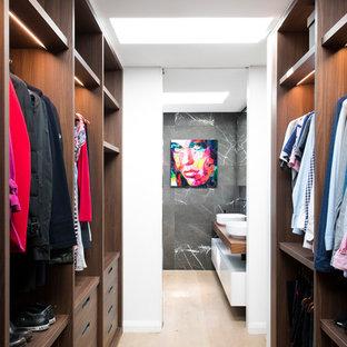 Modelo de armario vestidor unisex, contemporáneo, de tamaño medio, con armarios abiertos, puertas de armario de madera en tonos medios, suelo de madera clara y suelo beige
