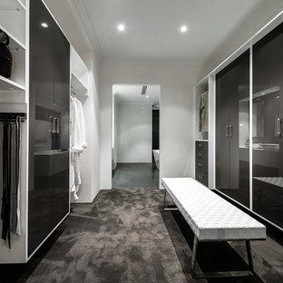 Foto di uno spazio per vestirsi unisex design con ante lisce, ante grigie e moquette