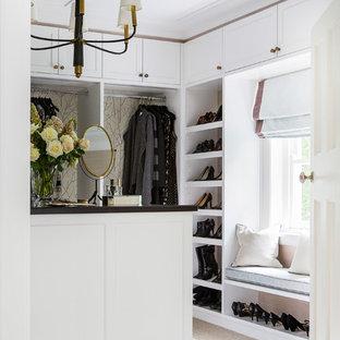 Foto di una cabina armadio per donna chic con ante in stile shaker, ante bianche, moquette e pavimento beige