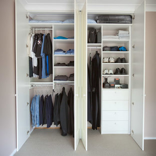 Foto di un armadio o armadio a muro per uomo classico di medie dimensioni con ante con riquadro incassato e ante bianche