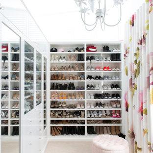 Idee per una cabina armadio per donna design di medie dimensioni con ante bianche, moquette, pavimento beige e nessun'anta