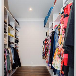 シドニーの小さい男女兼用モダンスタイルのおしゃれなフィッティングルーム (白いキャビネット、濃色無垢フローリング、オープンシェルフ) の写真