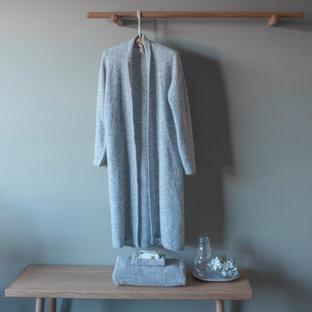 Foto de armario y vestidor unisex, contemporáneo, pequeño, con armarios abiertos, puertas de armario de madera oscura, suelo de cemento y suelo gris