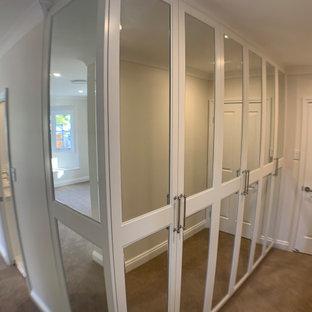 ブリスベンの小さいコンテンポラリースタイルのおしゃれな収納・クローゼット (シェーカースタイル扉のキャビネット、白いキャビネット) の写真