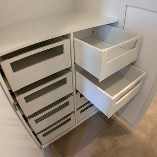 Modelo de armario y vestidor actual, pequeño, con armarios estilo shaker y puertas de armario blancas