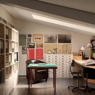 Идея дизайна: маленькое рабочее место в современном стиле с темным паркетным полом, встроенным рабочим столом и белыми стенами
