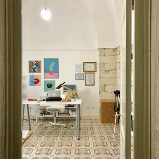 中くらいの地中海スタイルのおしゃれなアトリエ・スタジオ (白い壁、セラミックタイルの床、暖炉なし、自立型机、マルチカラーの床) の写真