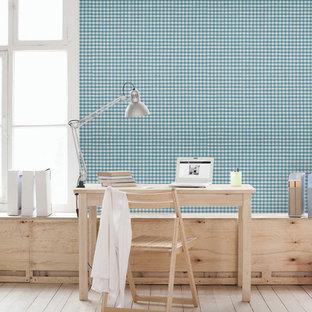 Esempio di un piccolo atelier nordico con pareti multicolore e scrivania autoportante