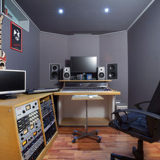 他の地域のコンテンポラリースタイルのおしゃれなアトリエ・スタジオ (グレーの壁、無垢フローリング、自立型机、茶色い床) の写真