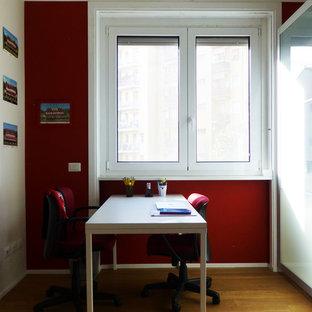 ミラノの中サイズのモダンスタイルのおしゃれなアトリエ・スタジオ (赤い壁、淡色無垢フローリング、自立型机、ベージュの床) の写真