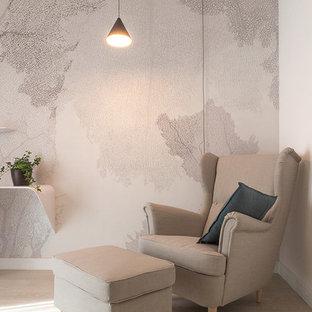 Ejemplo de estudio contemporáneo, de tamaño medio, con paredes beige, suelo laminado y escritorio independiente