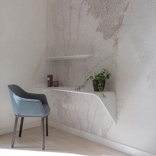 ローマの中サイズのコンテンポラリースタイルのおしゃれなアトリエ・スタジオ (ベージュの壁、ラミネートの床、自立型机) の写真