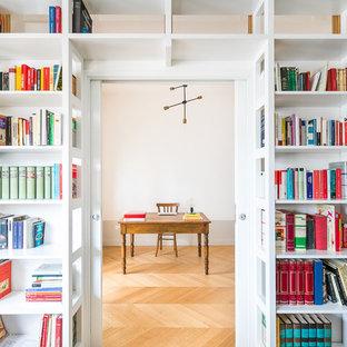 Esempio di uno studio classico con libreria, parquet chiaro, scrivania autoportante, pareti bianche e pavimento beige