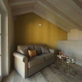 ミラノの中サイズのカントリー風おしゃれなアトリエ・スタジオ (マルチカラーの壁、ラミネートの床、暖炉なし、自立型机、マルチカラーの床) の写真