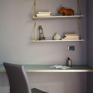 ミラノの小さいモダンスタイルのおしゃれなクラフトルーム (紫の壁、無垢フローリング、自立型机、茶色い床) の写真