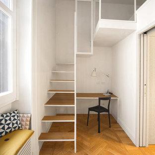 На фото: маленькая домашняя мастерская в современном стиле с белыми стенами, паркетным полом среднего тона, отдельно стоящим рабочим столом и оранжевым полом без камина