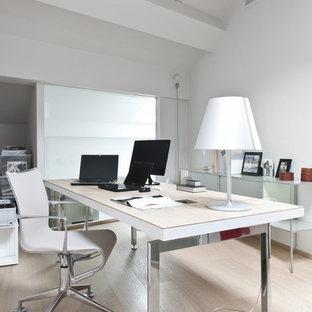 Esempio di un grande ufficio minimal con pareti bianche, parquet chiaro e scrivania autoportante