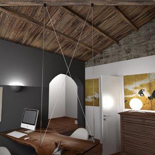 トゥーリンの中サイズの地中海スタイルのおしゃれなアトリエ・スタジオ (テラコッタタイルの床、自立型机、オレンジの床) の写真