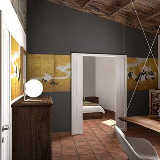 トゥーリンの中くらいの地中海スタイルのおしゃれなアトリエ・スタジオ (テラコッタタイルの床、自立型机、オレンジの床) の写真