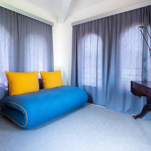 Idee per una piccola stanza da lavoro minimalista con pareti bianche, pavimento in terracotta, scrivania autoportante e pavimento marrone