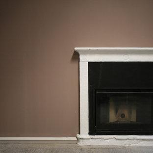 ミラノの大きいトラディショナルスタイルのおしゃれなアトリエ・スタジオ (茶色い壁、ライムストーンの床、標準型暖炉、コンクリートの暖炉まわり、グレーの床) の写真