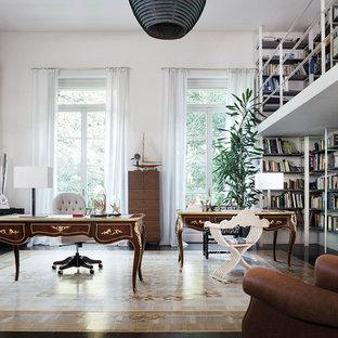 Ispirazione per uno studio chic con libreria, pareti bianche, scrivania autoportante e pavimento beige
