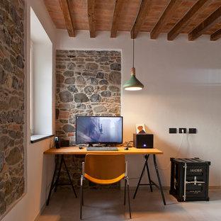 Esempio di un piccolo ufficio mediterraneo con pareti bianche, pavimento grigio e scrivania autoportante