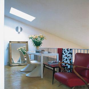 Foto di un ufficio eclettico con pareti bianche, pavimento in cemento, scrivania autoportante e pavimento marrone