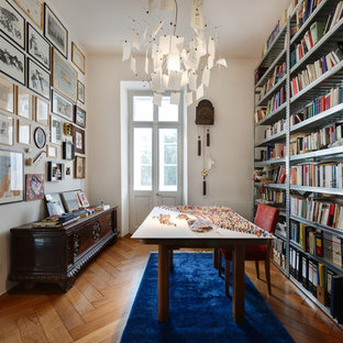 Foto di uno studio boho chic con libreria, pareti bianche, pavimento in legno massello medio, nessun camino e scrivania autoportante