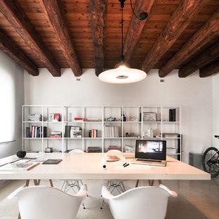 Foto di un grande ufficio design con pareti bianche, pavimento in cemento, nessun camino, scrivania autoportante e pavimento grigio