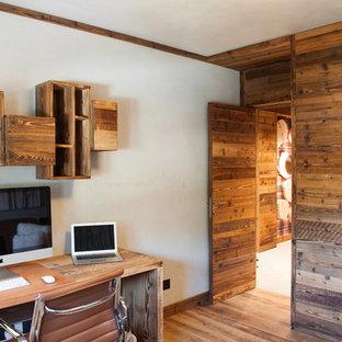 Foto di un atelier stile rurale di medie dimensioni con pareti multicolore, nessun camino, scrivania autoportante e pavimento in legno massello medio
