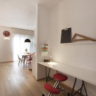 Idee per un piccolo atelier design con pareti bianche, pavimento in legno massello medio e scrivania autoportante