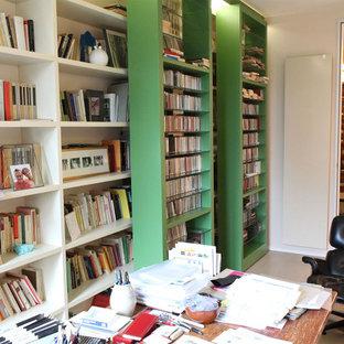 Bild på ett litet eklektiskt hemmastudio, med beige väggar, ljust trägolv, ett fristående skrivbord och beiget golv