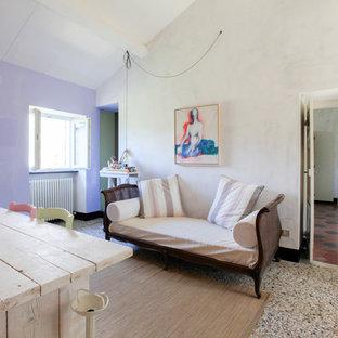 Esempio di una stanza da lavoro mediterranea con pareti bianche, pavimento in cemento, scrivania autoportante e pavimento beige