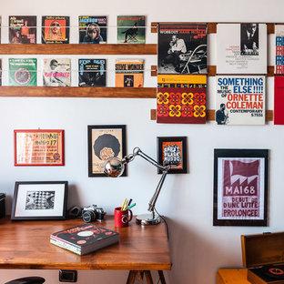 Idee per uno studio eclettico con pareti bianche e scrivania autoportante