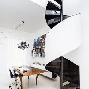 Esempio di un atelier minimal di medie dimensioni con pareti bianche, scrivania autoportante e pavimento bianco