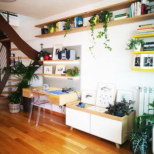 Ispirazione per un ufficio minimal con pareti bianche, pavimento in legno massello medio, scrivania incassata e pavimento marrone