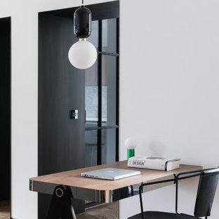 Esempio di un piccolo ufficio contemporaneo con pareti bianche, parquet chiaro, scrivania incassata e pavimento beige
