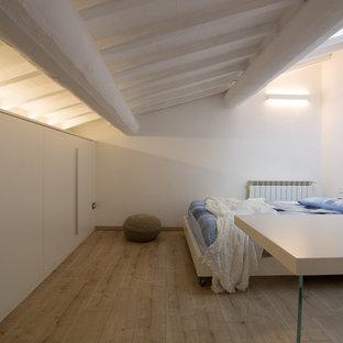 Immagine di un grande atelier scandinavo con pareti bianche, pavimento in linoleum, nessun camino, scrivania autoportante e pavimento beige