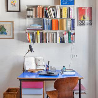 Immagine di un piccolo studio minimal con libreria, pareti bianche, parquet scuro, scrivania autoportante e pavimento marrone