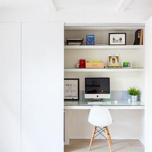Ispirazione per un piccolo ufficio costiero con pareti bianche, scrivania incassata e pavimento beige