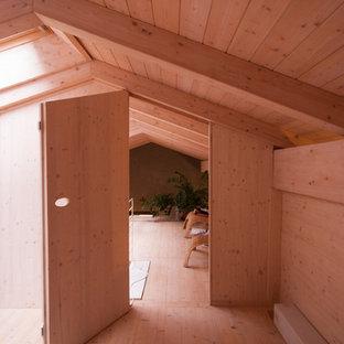他の地域の小さいコンテンポラリースタイルのおしゃれなホームオフィス・書斎 (ベージュの壁、塗装フローリング、ベージュの床) の写真