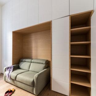 Foto de estudio madera, actual, extra grande, madera, con paredes blancas, suelo de madera pintada, escritorio empotrado y madera