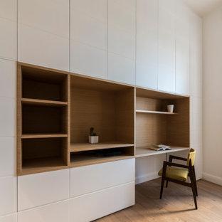 Foto de estudio madera, contemporáneo, extra grande, madera, con paredes blancas, suelo de madera pintada, escritorio empotrado y madera