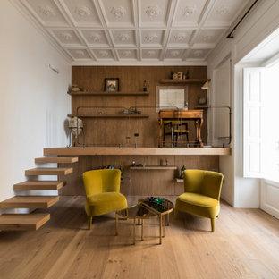 Ispirazione per un grande studio design con libreria, pareti bianche, pavimento in legno verniciato, soffitto a cassettoni e boiserie