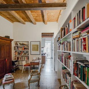 Idee per uno studio mediterraneo di medie dimensioni con libreria, pareti bianche, pavimento in marmo, scrivania autoportante e pavimento multicolore